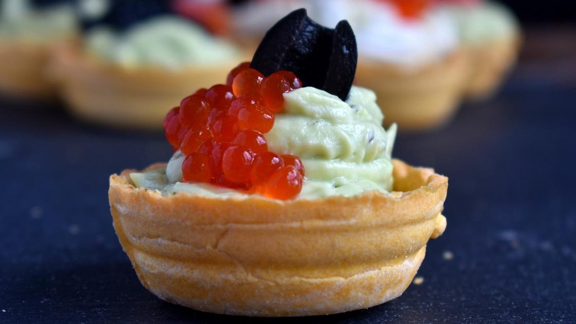 Тарталетка с икрой, сливочным сыром и маслиной