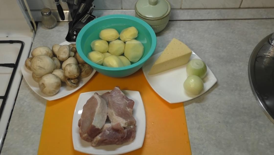 Продукты: овощи, мясо, сыр на столе