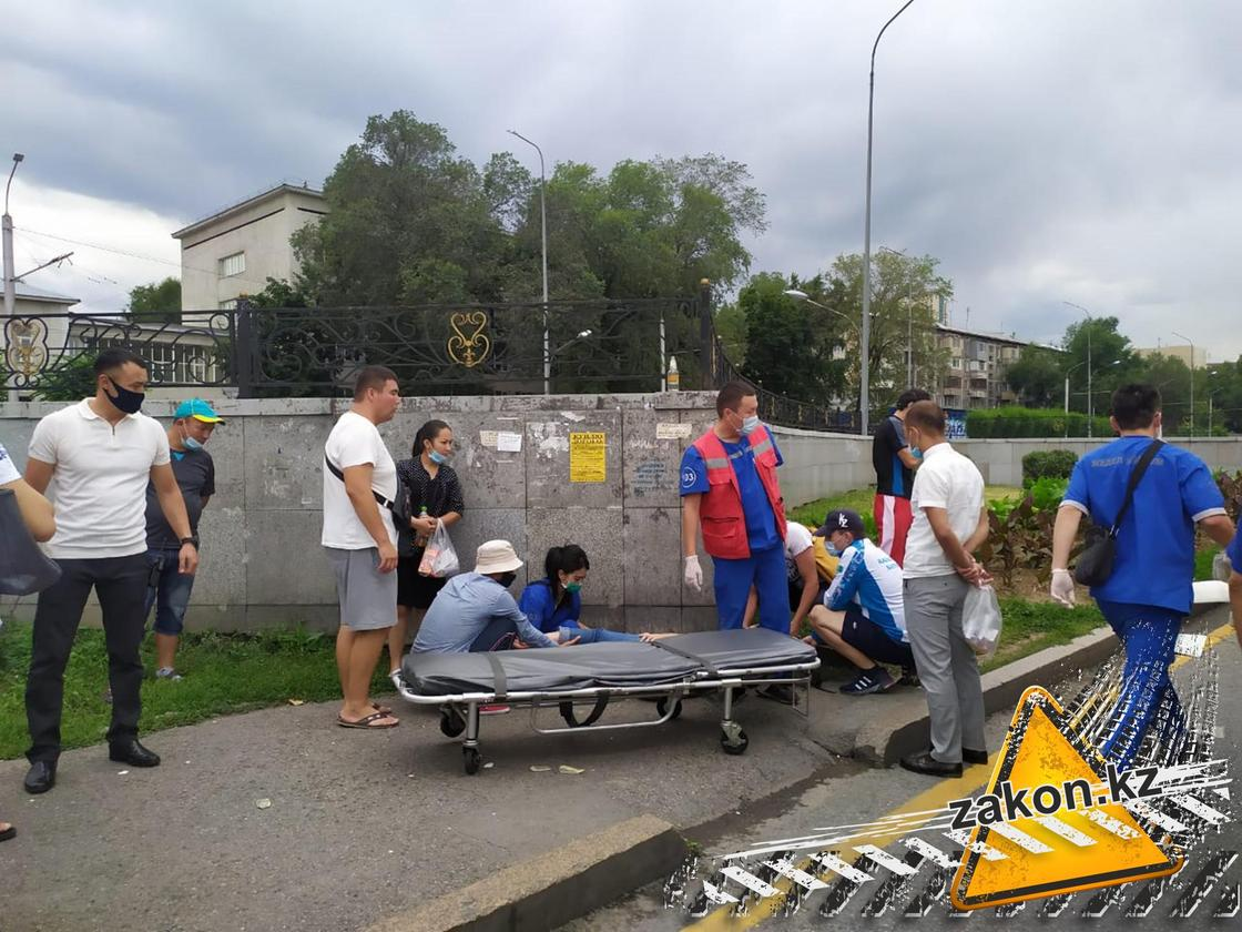 Авто отбросило на пешеходов после ДТП в Алматы: пострадали несколько человек (фото)