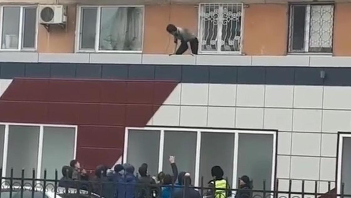Наркозависимый угрожал спрыгнуть с крыши в центре Павлодара (видео)