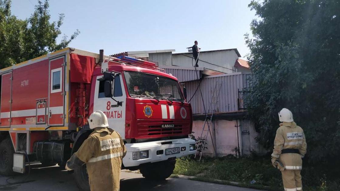 Крупный пожар в Алматы: что происходит на месте ЧП (фото, видео)