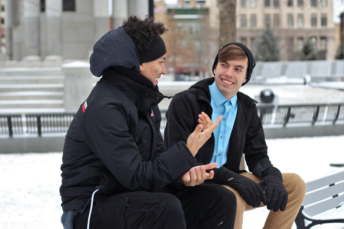 Беседуют парень и девушка