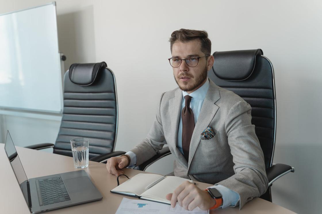 Мужчина в деловом костюме за рабочим столом