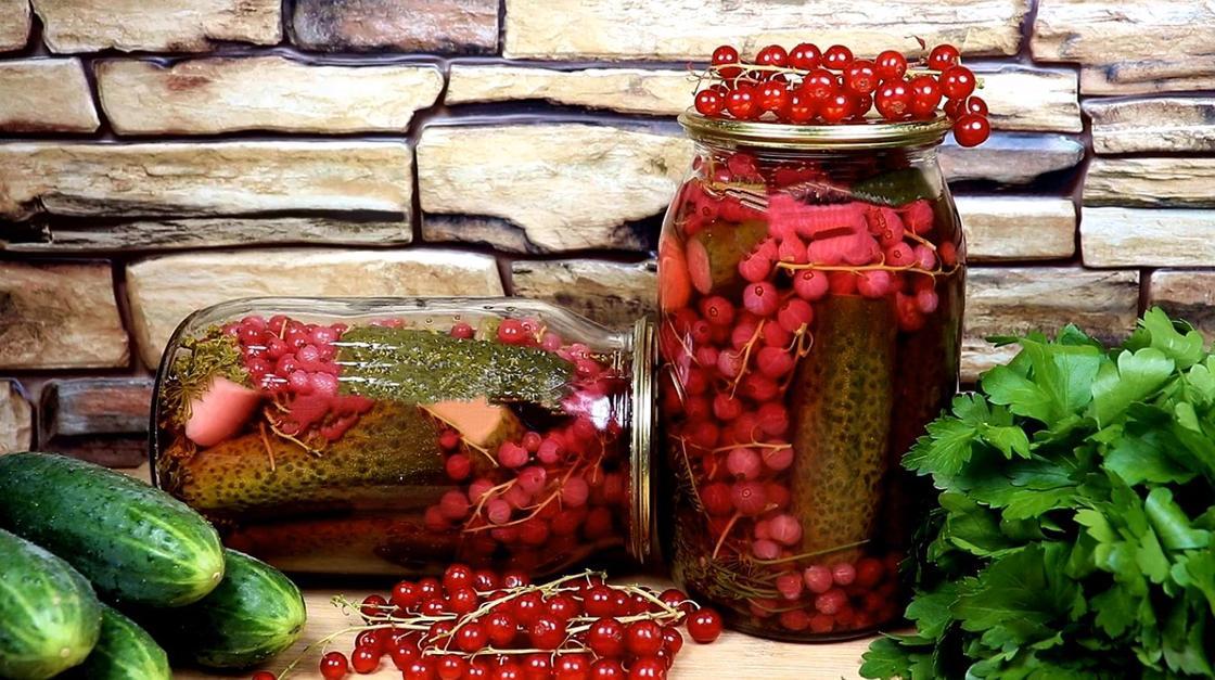 Огурцы с красной смородиной в литровых банках