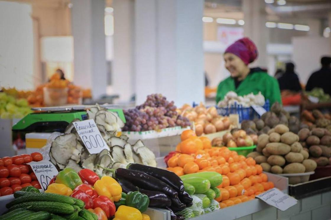 Продавец овощей на рынке