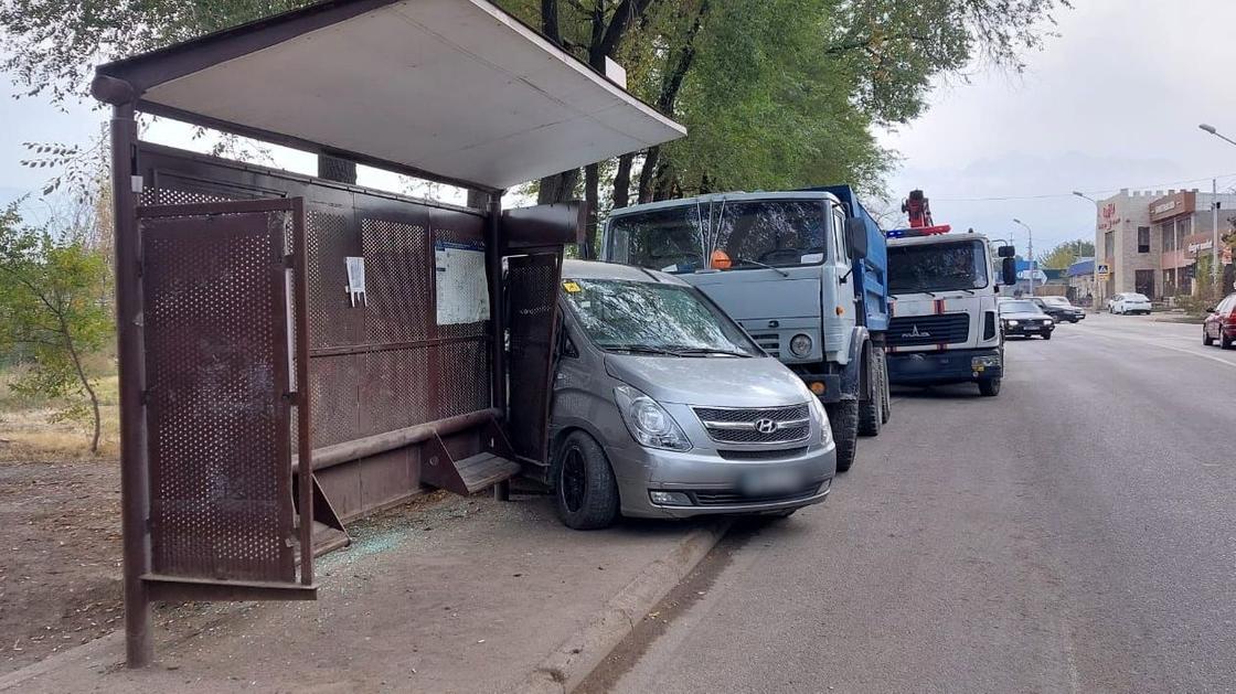 """КамАЗ"" врезался в легковушку"