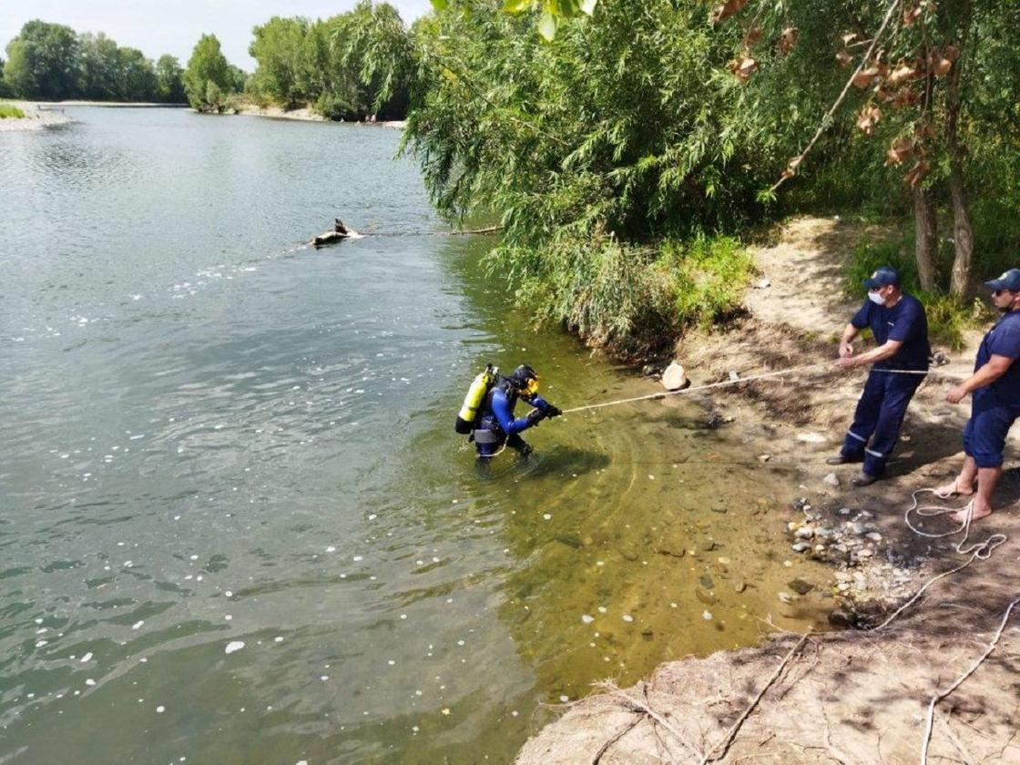 Спасатель выходит из воды