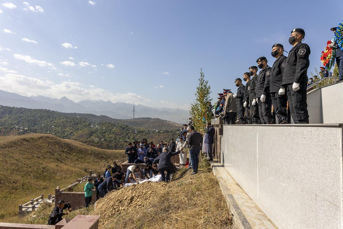 Погибшего полицейского похоронили в Алматы