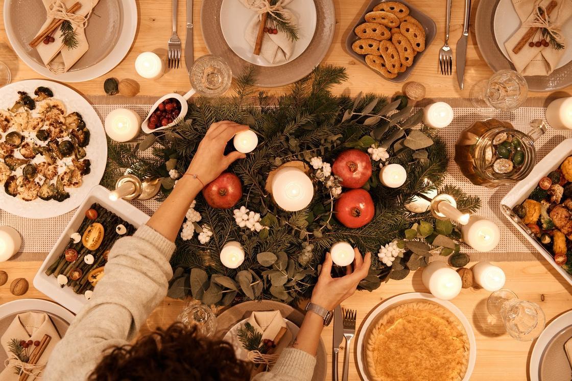 стол с рождественскими блюдами