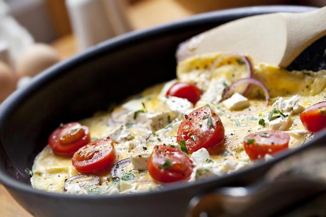Как готовить омлет с помидорами и колбасой