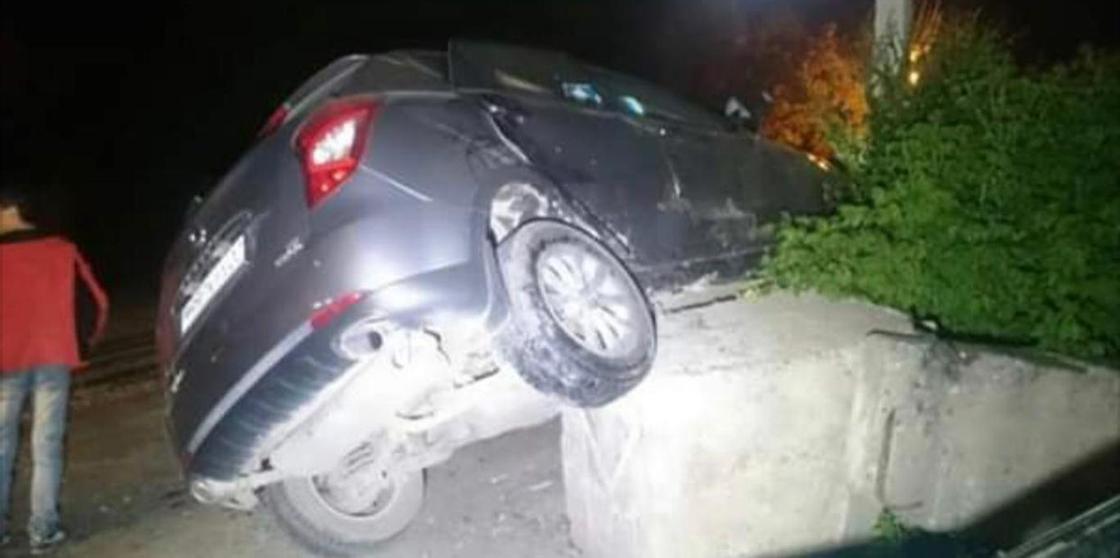 Два авто протаранили блокпосты в Мангистауской области