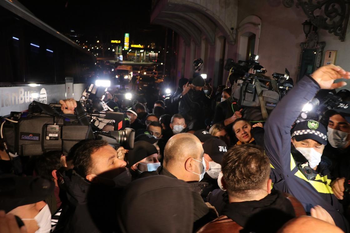 Участники протеста, журналисты и полиция в Тбилиси