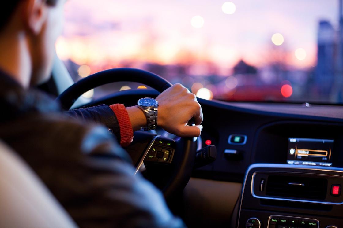 Алматинский лихач выкладывал в Сеть свои грубые нарушения правил дорожной безопасности