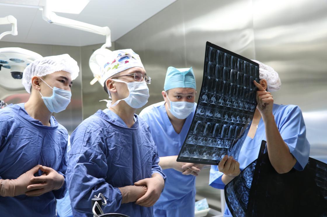 Более 7000 уникальных операций на позвоночник и спинной мозг проведено в Национальном центре нейрохирургии