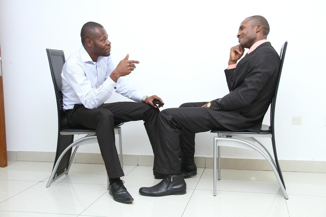 Мужчины ведут беседу