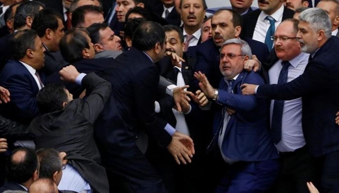 Политолог предлагает депутатам драться в парламенте