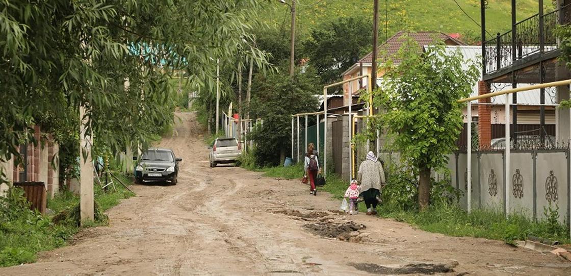 «Живем как в ауле»: жители Медеуского района жалуются на плохие дороги