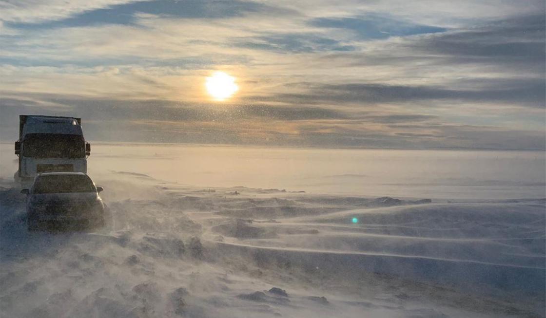 Около 50 автомобилей застряли в снегу на трассе в Павлодарской области