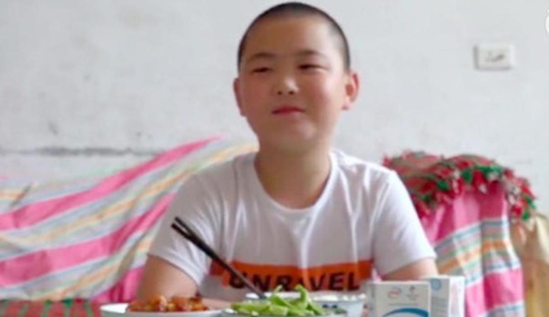 Мальчик растолстел в полтора раза ради спасения отца