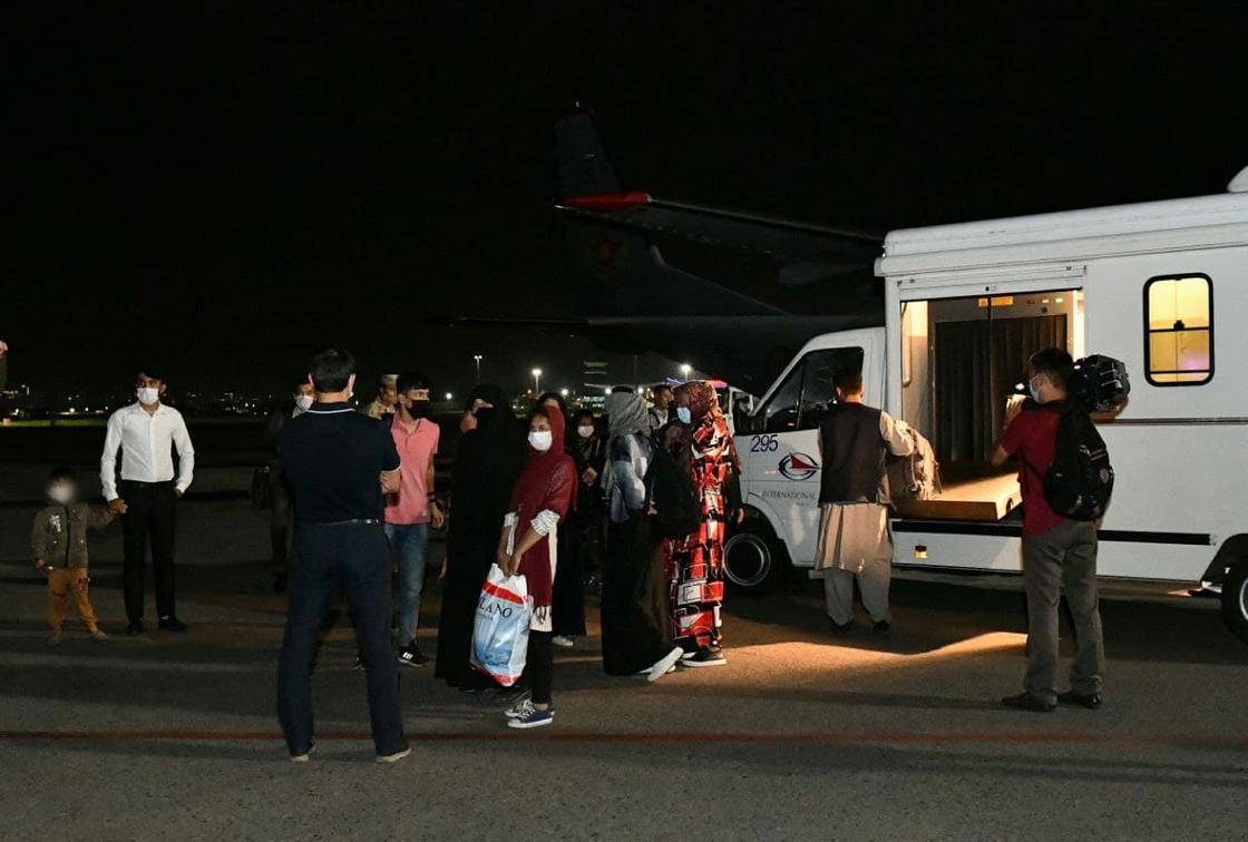 Прилетевшие из Афганистана в Казахстан люди