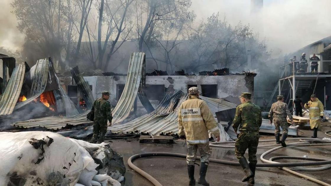 Крупный пожар в цехе в Алматы: уцелевшую продукцию выносят со склада