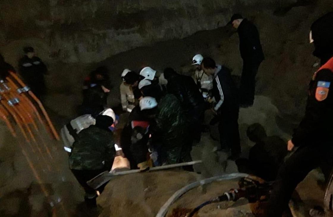Шымкентте екі жұмысшы топырақ үйіндісінің астында қалып, көз жұмды (фото)