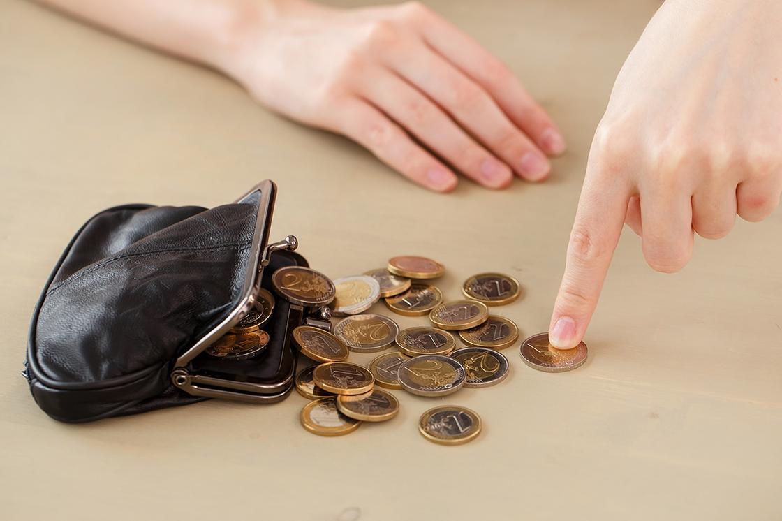 Женщина считает монеты