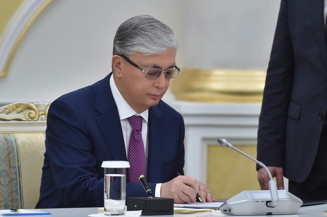 Токаев подписал распоряжение о дне общенационального траура по жертвам коронавируса