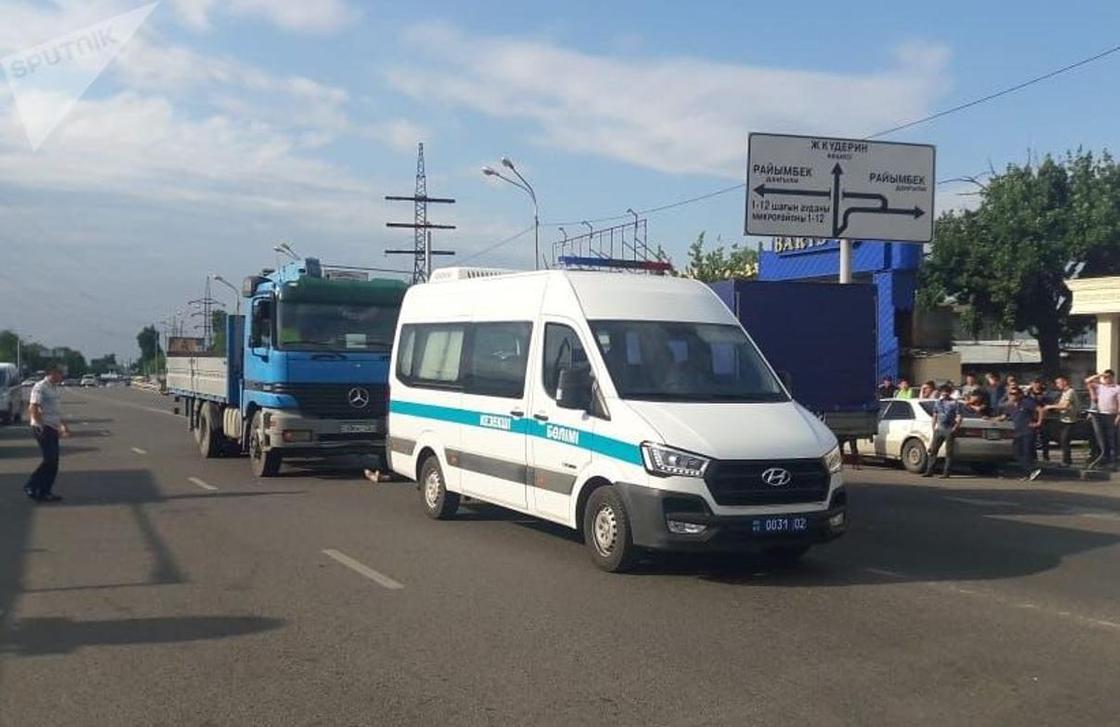 """Женщину сбили насмерть возле """"оптовки"""" в Алматы (фото)"""
