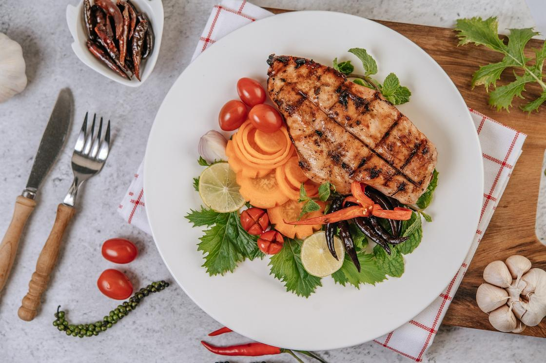 Куриное филе с овощами на тарелке