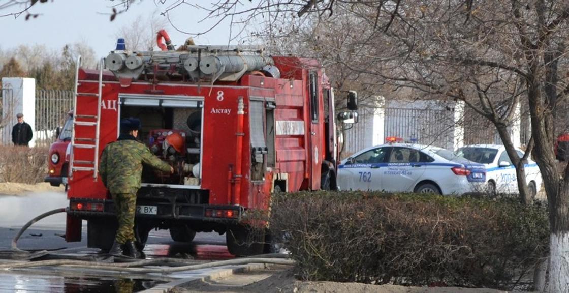 Взрыв автомобиля в Актау: полиция города перекрыла проезд (фото, видео)