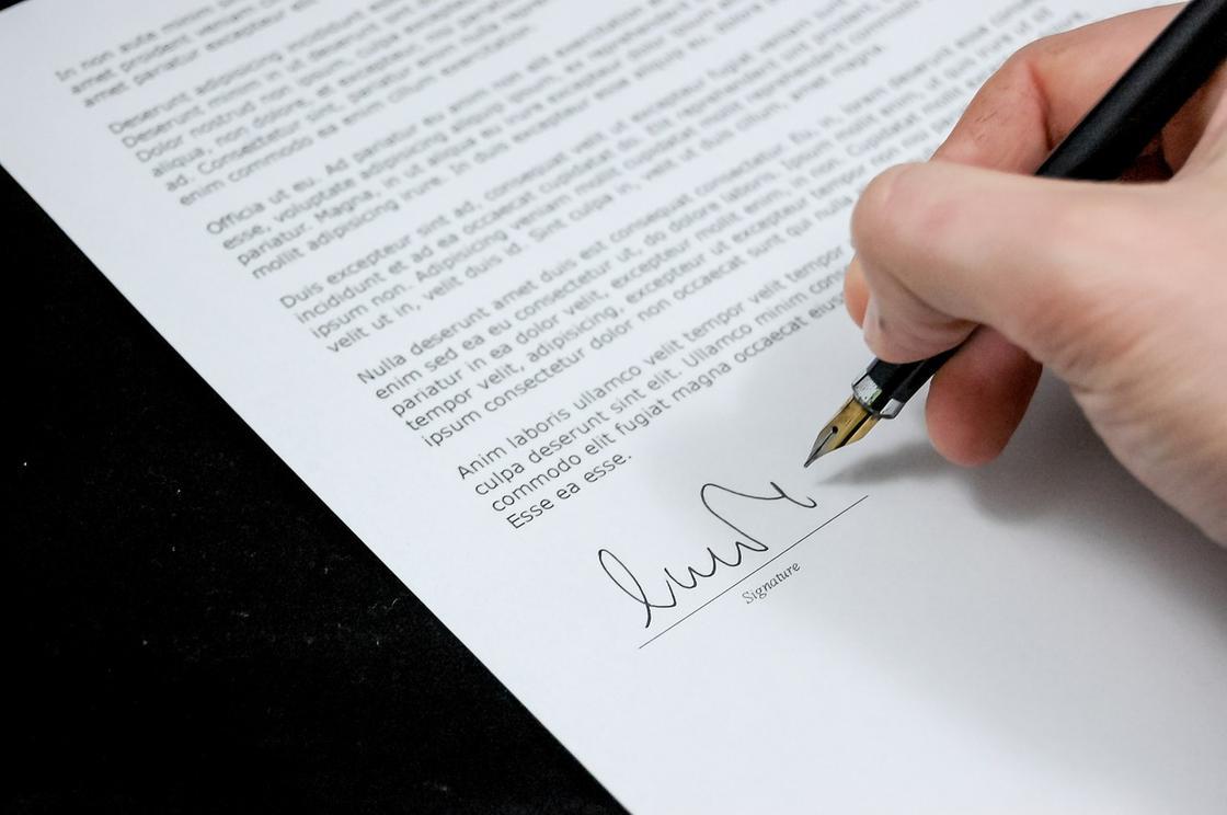 Подписывают документ