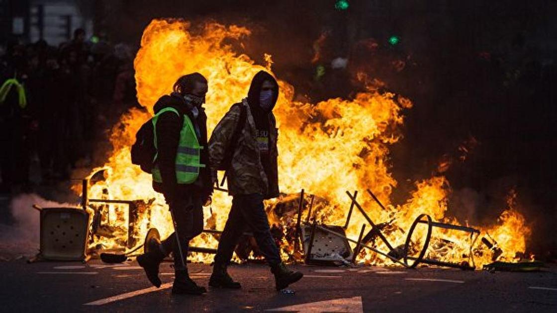 Во Франции объявлено чрезвычайное положение