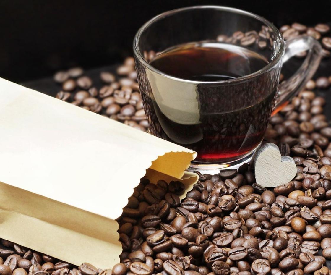 Смесь кофейных зерен и чашка кофе