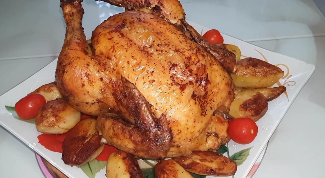 Курица на блюде с картошкой и черри