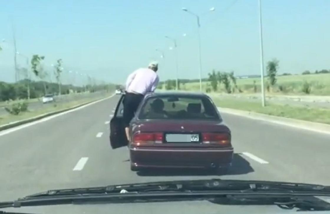 Алматыдан көліктің есігінен шығып айдаған жүргізуші видеоға түсіп қалды