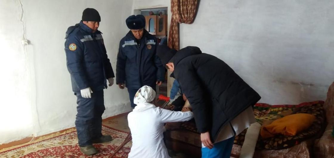 Скорую с пострадавшим вызволили из снежного заноса в Алматинской области (фото)