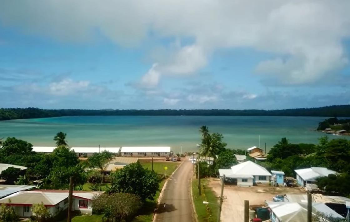 Прибрежная зона у моря с домиками