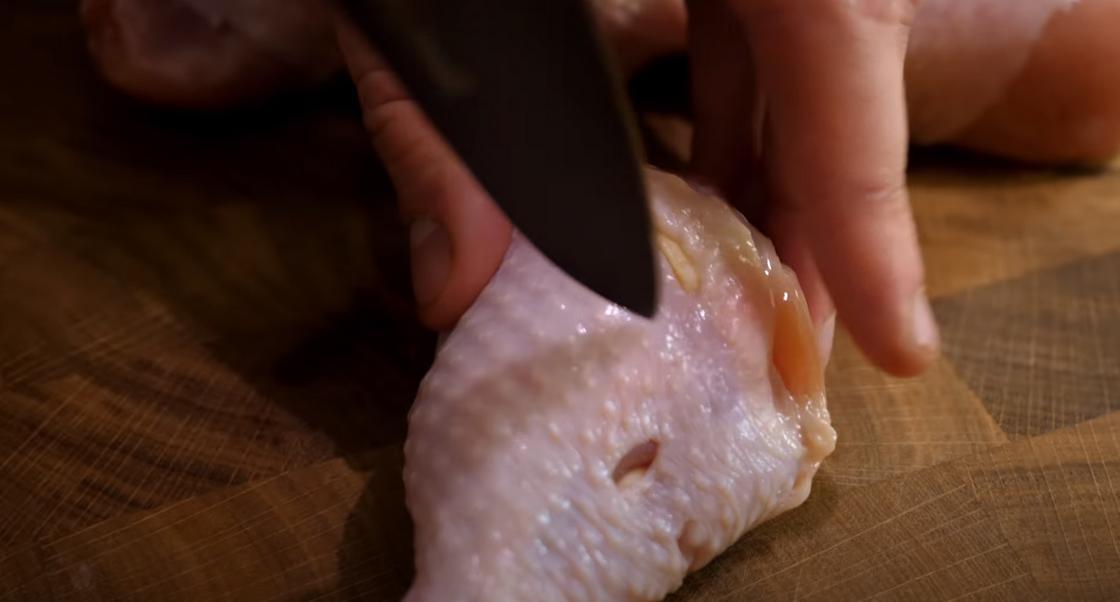 Процесс заделки чеснока в окорочок