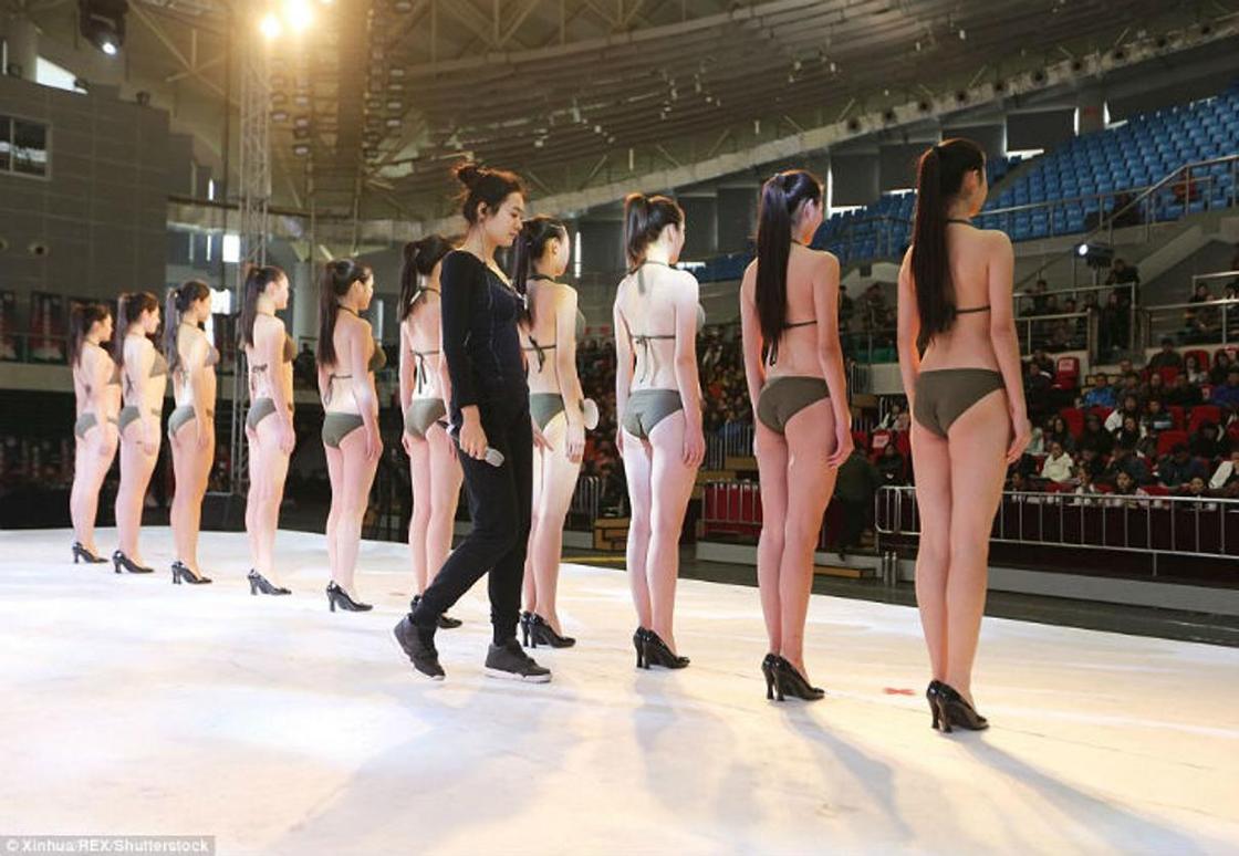 Китайские старшеклассницы позируют в бикини в надежде стать стюардессой или моделью