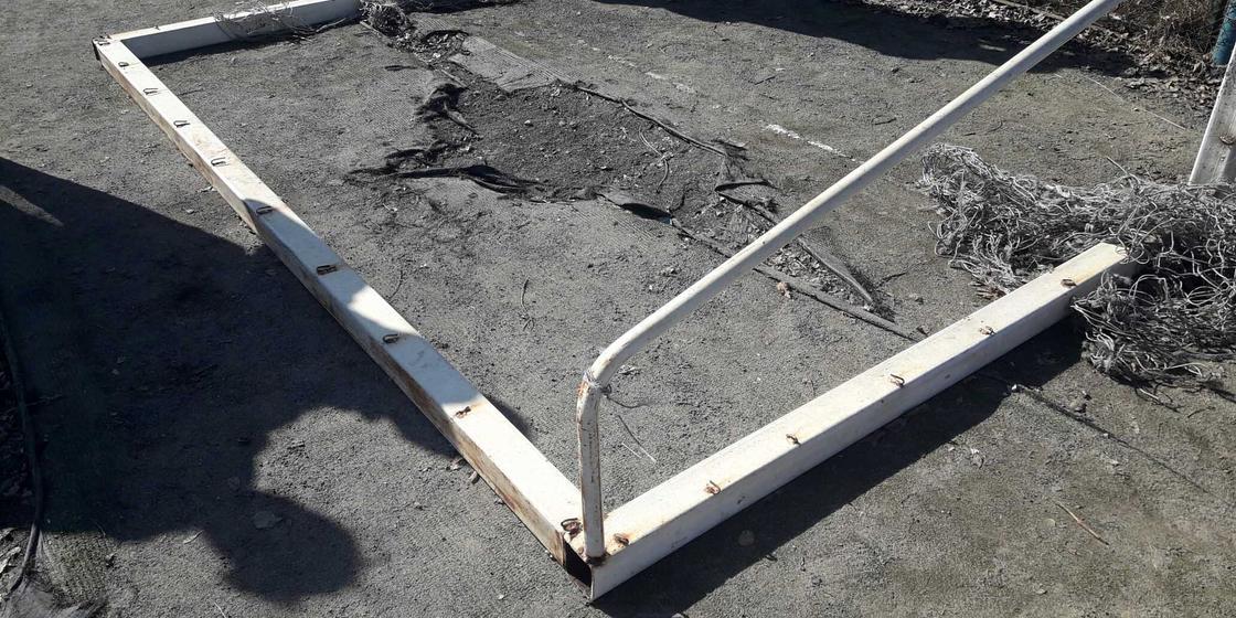 Павлодар облысында баланың үстіне футбол қақпасы құлап түсті