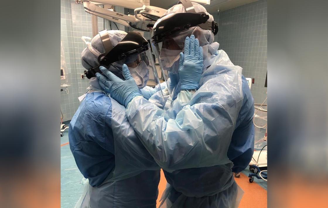 Фото влюбленных медиков стало символом борьбы с коронавирусом