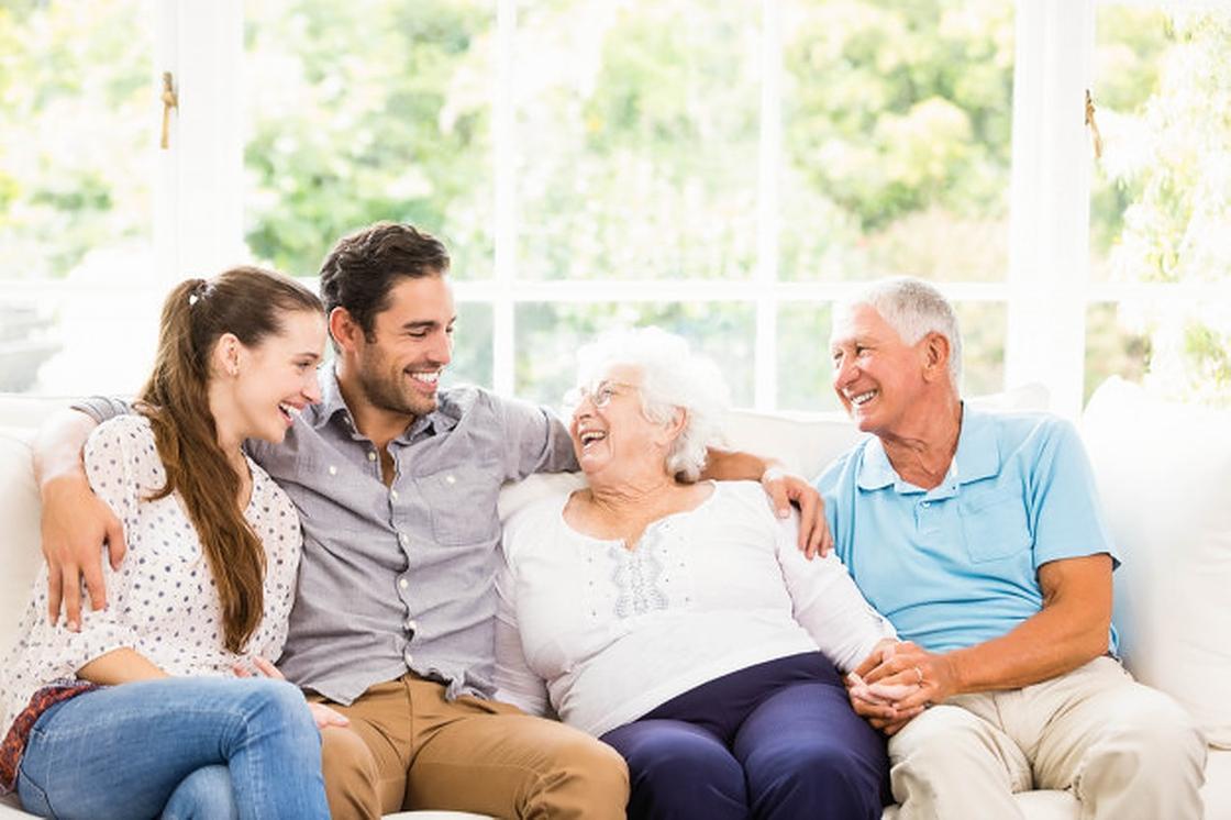 Молодая семья с родителями