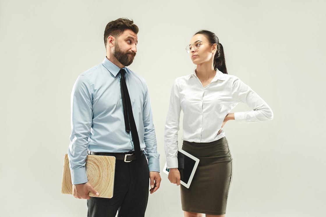Мужчина и женщина в офисной одежде