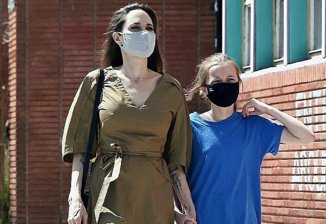 Анджелину Джоли с дочерью. Фото: instagram.com/hollywoodstarkids