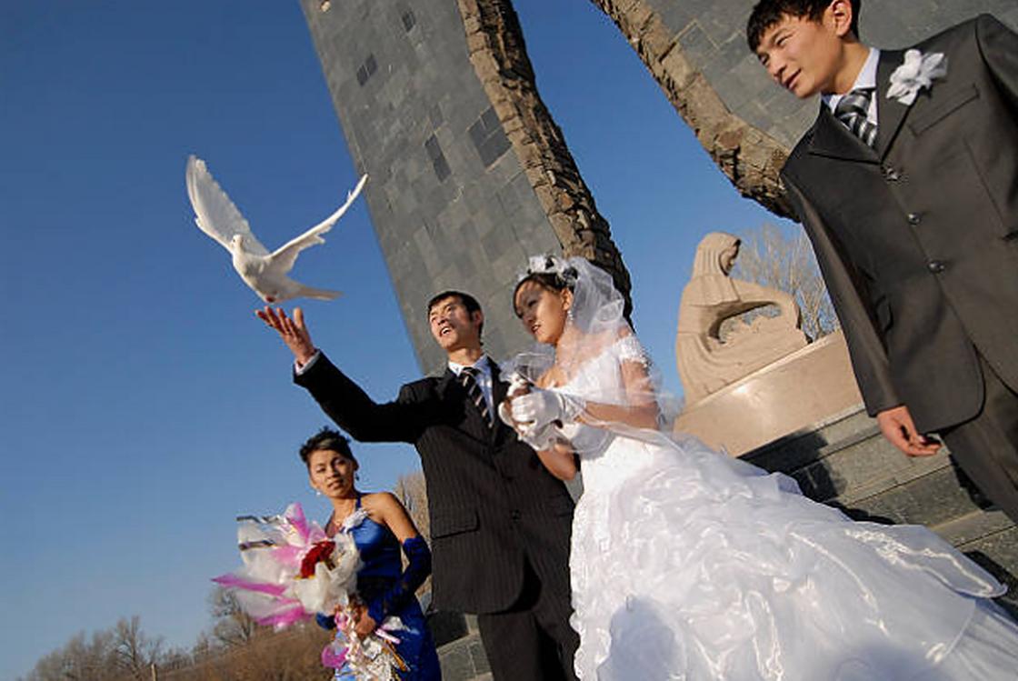 Молодожены запускают голубей