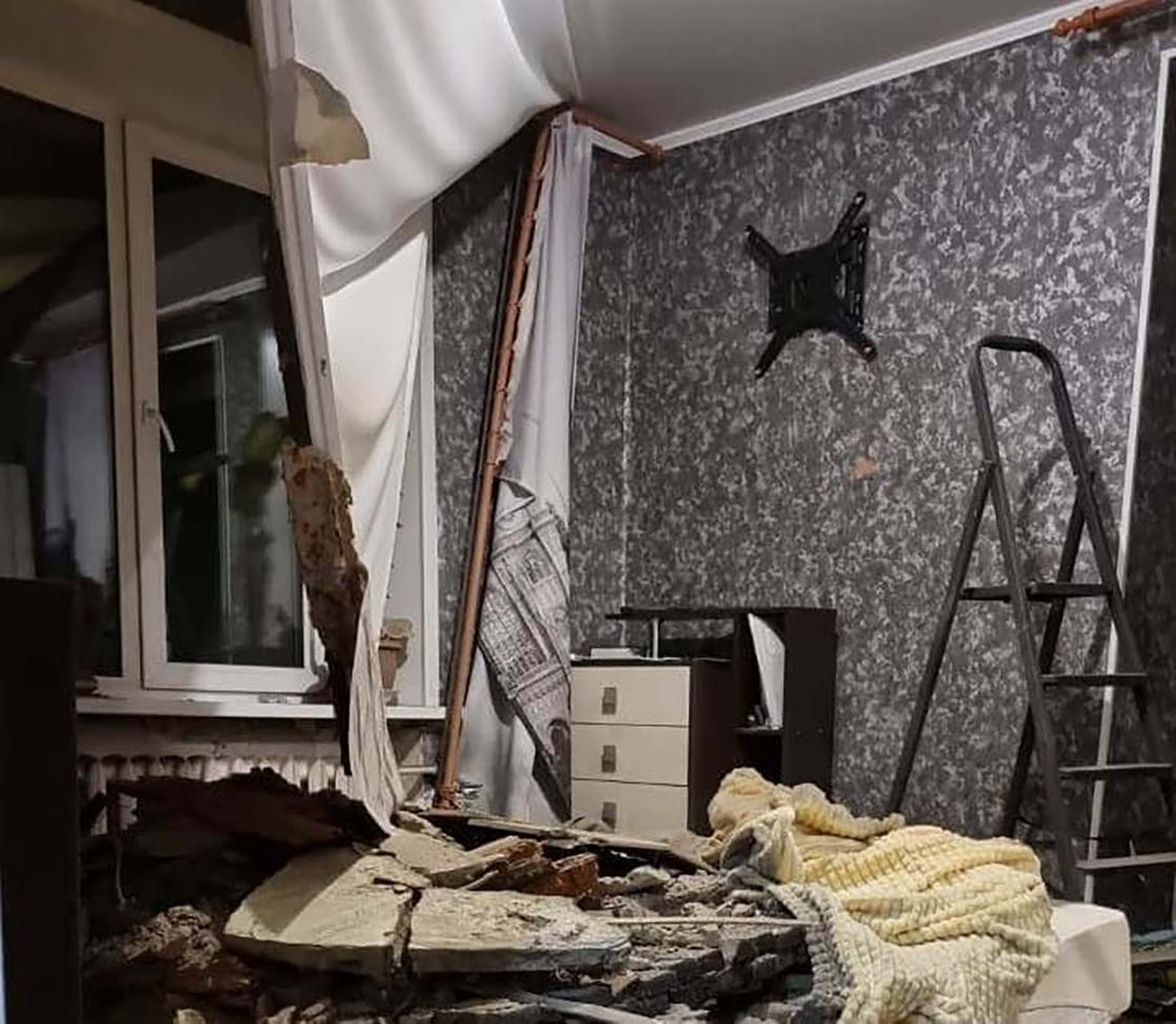 Комната в квартире, где обрушился потолок
