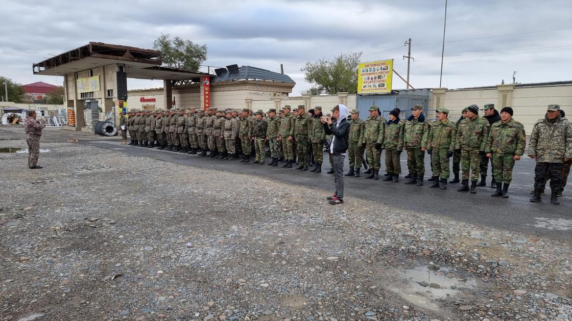 Военные стоят на дороге