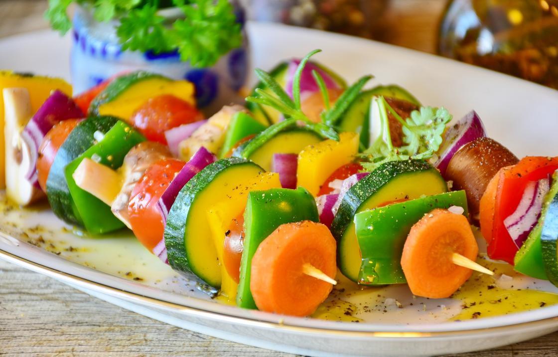 Овощной шашлык на тарелке