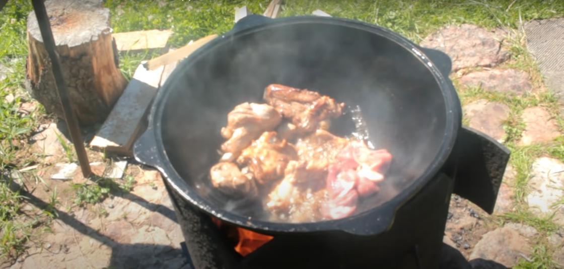 Куриное мясо в казане на костре